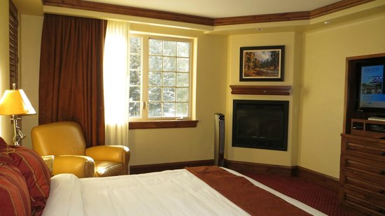 Tivoli Lodge: The bedroom, fireplace and mountain view
