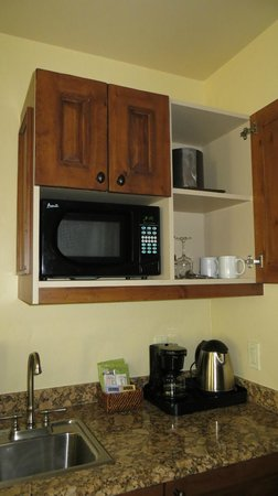 Tivoli Lodge: The microwave and coffee maker