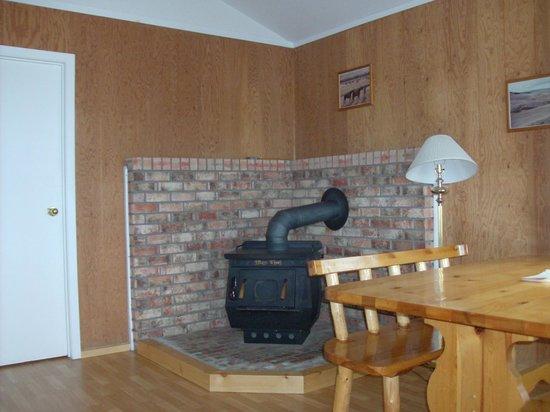 Salmon Lake Resort: cabin living area