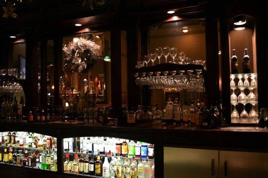 VI Restaurant & Bar: VI Bar