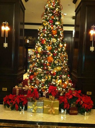 New York Marriott East Side: Christmas tree in lobby