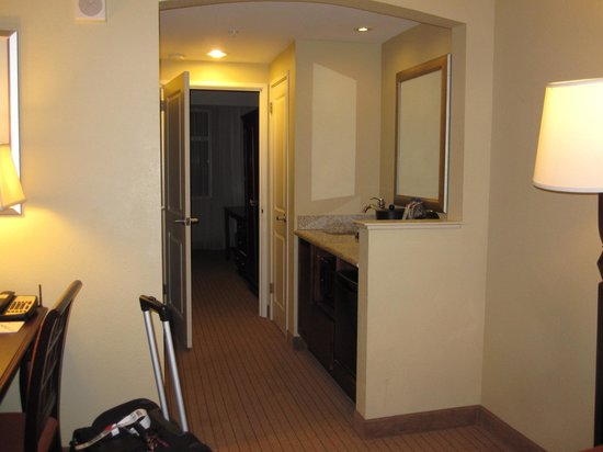 Embassy Suites by Hilton Tampa - Downtown Convention Center: Kitchenette area