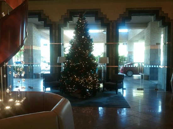 Hilton Scottsdale Resort & Villas: Christmas tree front lobby area