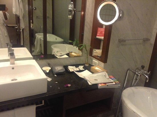 Crowne Plaza Hotel Gurgaon : Concave shaving mirrow too far from sink