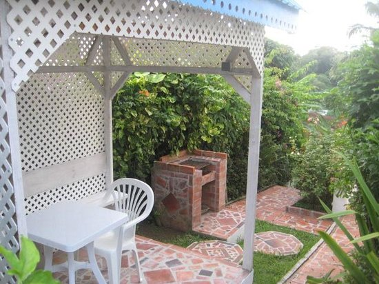 Apartment Espoir: BBQ place in garden