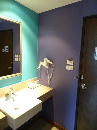 Sawasdee Hotel @ Sukhumvit Soi 8: Room/bathroom
