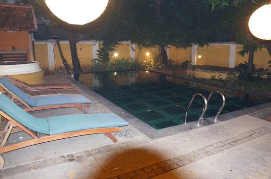 Tea Bungalow: Pool by night