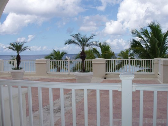 Cozumel Palace: Second floor balcony view - Room 220