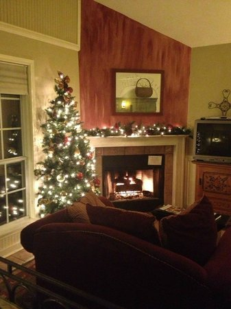 Chuckwagon Inn Bed & Breakfast: Cozy fireplace and decor in the Pear Tree Cottage