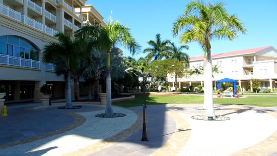 St. Kitts Marriott Resort & The Royal Beach Casino: Pic of courtyard in rear of lobby