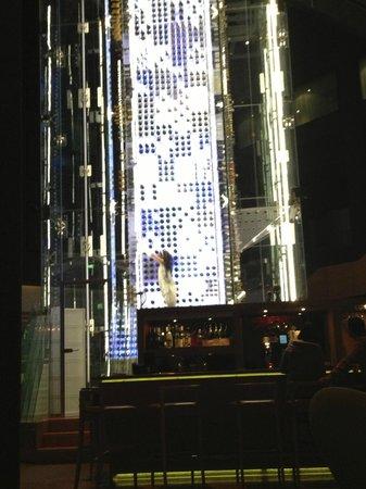 Radisson Blu Hotel, Zurich Airport: Bar's attraction