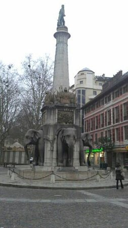 ‪La Fontaine des Elephants (Fountain of Elephants)‬