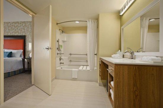 Home2 Suites by Hilton Jacksonville: Accessible Guest Bathroom