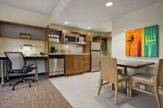 Home2 Suites by Hilton Jacksonville: Suite Kitchenette