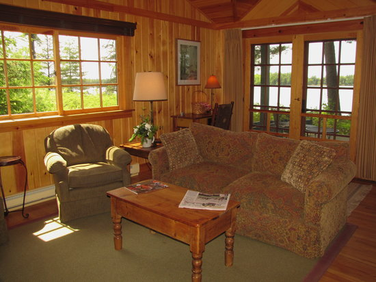Migis Lodge: Sunset cottage living room