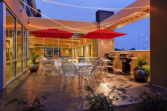 Home2 Suites by Hilton Jacksonville: Outdoor BBQ Area