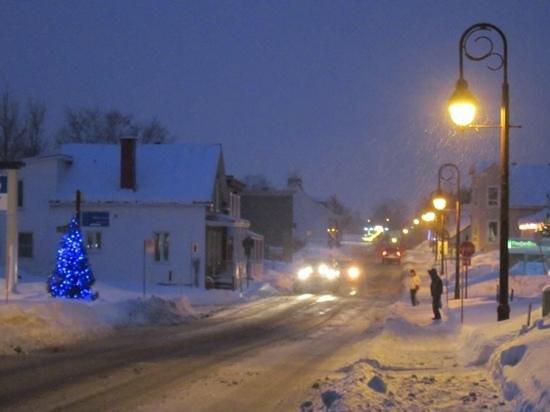 Au Gite de la Chute: devant le gîte pendant la tempête de neige de janvier 2013