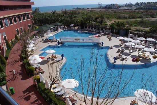 Delphin Palace Hotel: vue sur la piscine plus calme sur l'arrière de l'hôtel