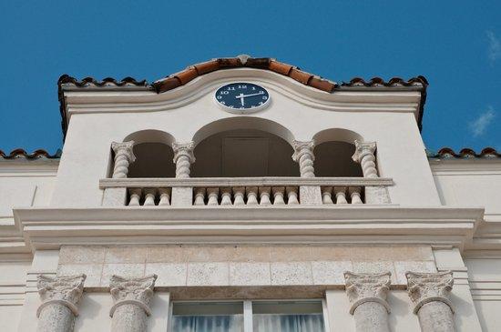 Edgewater South Beach: rooftop patio (from below) Clock was broken.