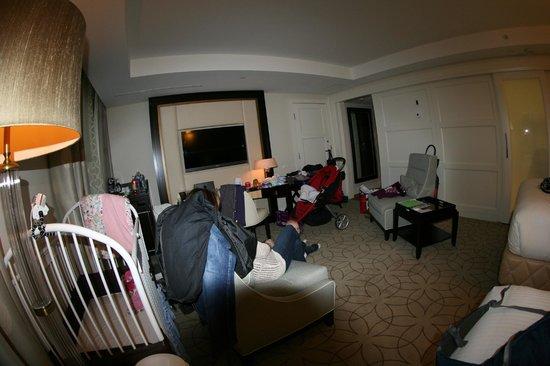 Rosewood Hotel Georgia: sitting area, crib 