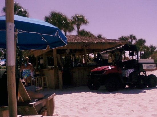 Wyndham Garden Clearwater Beach: Beach Bar, the jeep delivers food and drinks to you on the sand