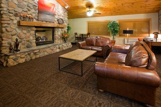 AmericInn Lodge & Suites Bismarck: Warm and Inviting Vaulted Fireplace Lobby Conversation Area