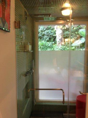 El Otro Lado: Sea House Shower