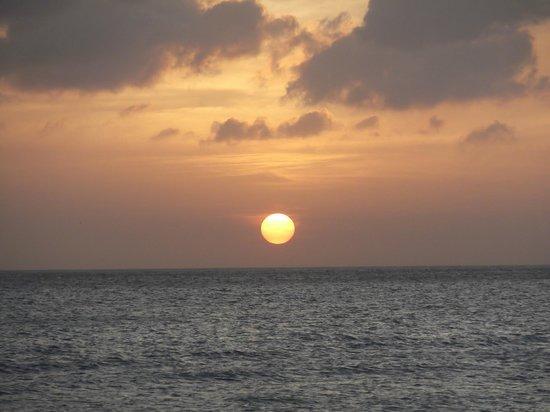 ديفي فيليدج جولف آند بيتش ريزورت: Atardecer en la playa del Divi 