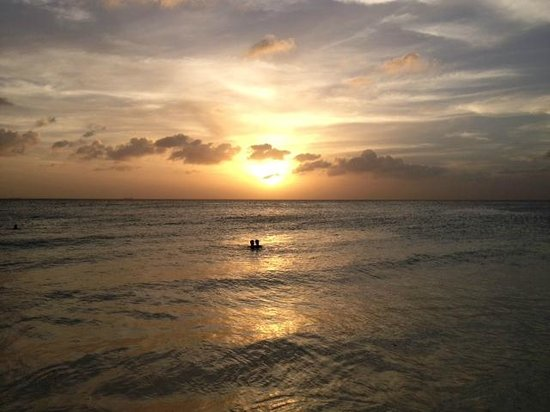 Divi Village Golf and Beach Resort: Atardecer desde la playa