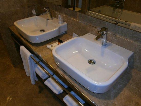 Palazzo San Lorenzo Hotel & Spa: I due lavandini nel bagno