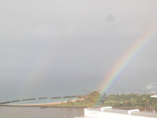 Grand Waikikian by Hilton Grand Vacations: 見にくいですが、Wレインボーが出ました