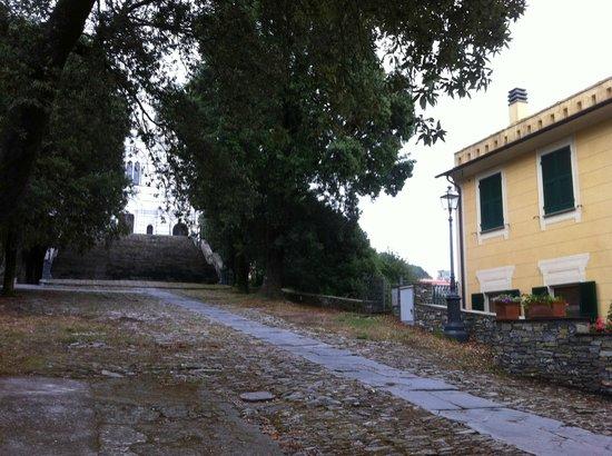 Hotel Montallegro: Path to Basilica