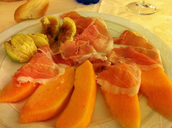 Hotel Ristorante Montallegro: Appetizer with figs from their trees