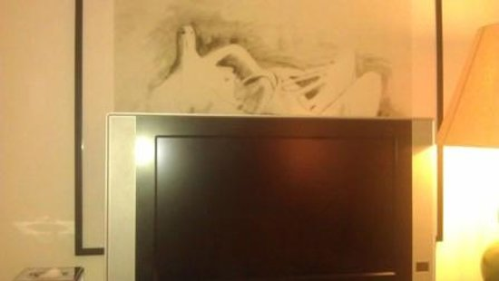 Brown's Hotel - Smaller Deluxe Room - TV obscuring artwork