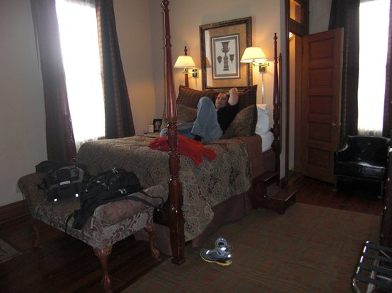 1896 O'Malley House Bed and Breakfast: Two minutes of laying in bed, he was in a deep sleep. Super comfy bed!