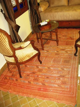 Ryad Salama Fes: Rug in sitting area of Amandine room