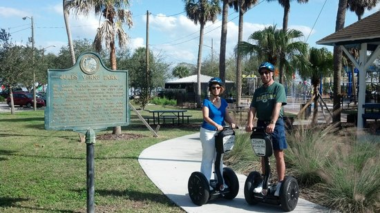 Electric Glide Tours : Sue & wayne at Jules Verne Park near starting & staging point
