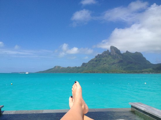Four Seasons Resort Bora Bora: Mountain view from our deck with the awesome plunge pool