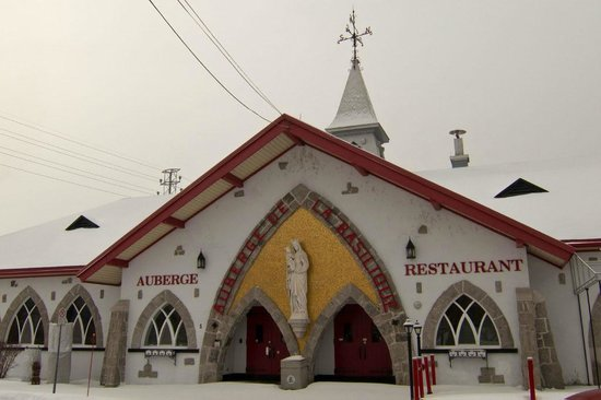 Sainte Anne de Beaupre, Canada : inn and restaurant across from basilica - open in summer