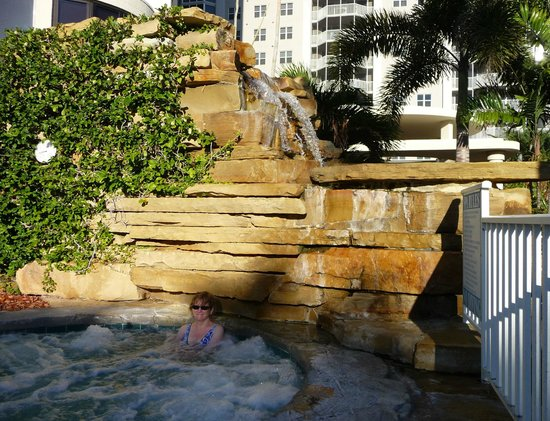 Pointe Estero Beach Resort: Jacuzzi/waterfall