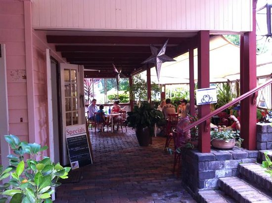 Bella Cucina: Outside dining area