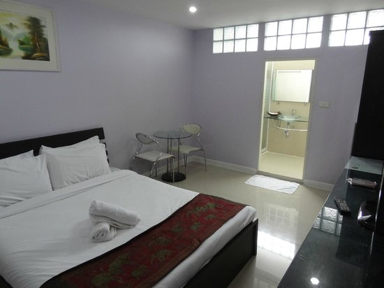 Tonaor Place: ベッドと洗面所
