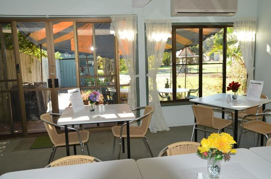 Beerwah Glasshouse Motel: dining room