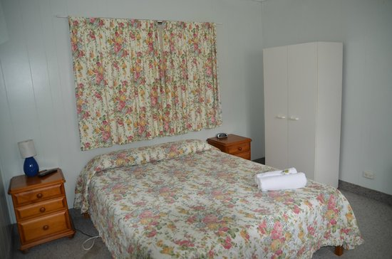 Beerwah Glasshouse Motel: a bed room