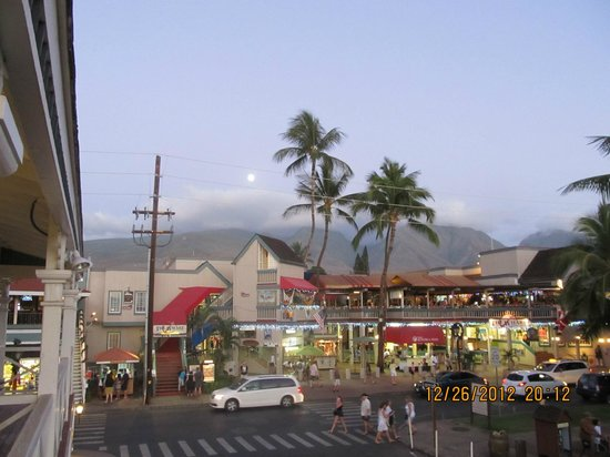 Best Western Pioneer Inn: From our lanai towards the shopping center