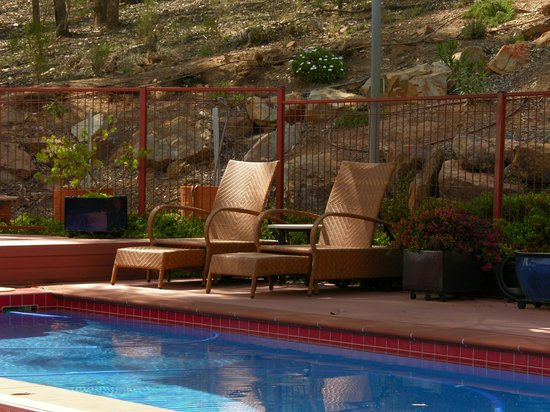 Wombadah Guest House: Relaxing by the pool