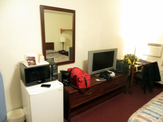 Econo Lodge East: Room