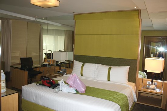 Holiday Inn Bangkok Silom: Lovely big bedroom.