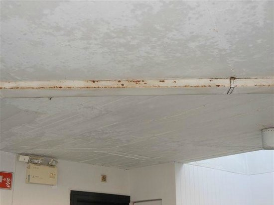 The Regent Cha Am Beach Resort: Rust on corridor ceiling