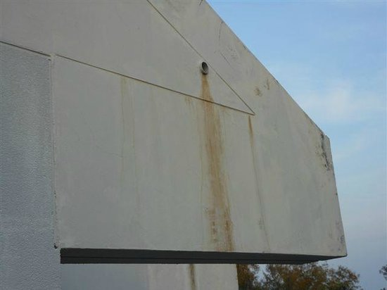 The Regent Cha Am Beach Resort: Rust stains on exterior wall of balcony